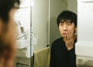 かみそり負けに苦しむ敏感肌の男性の写真