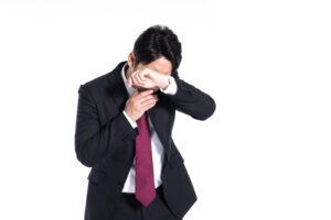 泣くスーツの男性の写真