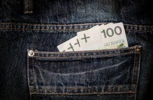 ズボンのポケットからお金が見えている写真