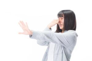 鼻をつまんで拒否する女性の写真